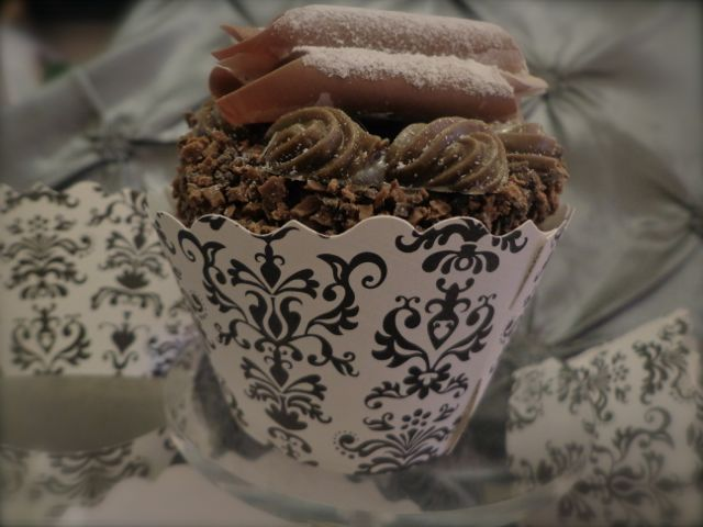 Cupcake Wrapper, black and white-cupcakes, cupcake wrapper, desserts